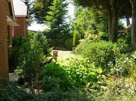 School Lodge Country Guest House: Gardens Rear