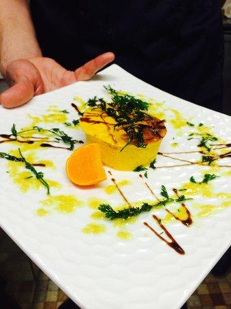 Aux Fourneaux : Flan de carottes au lait de coco, sauce savora et fanes de carottes frites