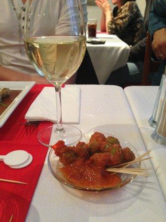 Bertrand Roy Restaurant : l apéro le verre de vin servi comme de l eau!!! et des olive qui étai a tombé la sauce étai supe
