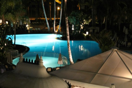 Hipotels La Geria: Pool at night