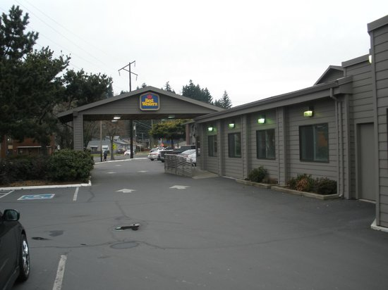 Best Western Aladdin Inn: Inn Forecourt with Indoor Pool to Right