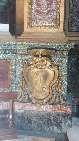 Basilica dei SS. Ambrogio e Carlo al Corso : Lo stemma del vescovo Erasmo Parravicini, benefattore..nel transetto, cappella destra