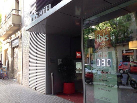 Ibis Barcelona Centro : Fachada do hotel Ibis sagrada família!
