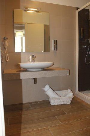 Hotel Fesch : salle de bain chambre confort