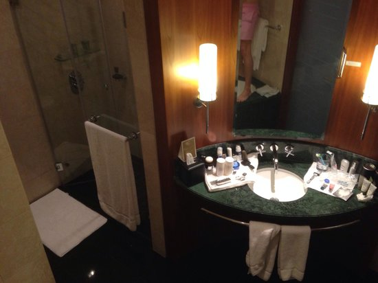 Jumeirah Emirates Towers : Large bathroom. Fantastic rooms