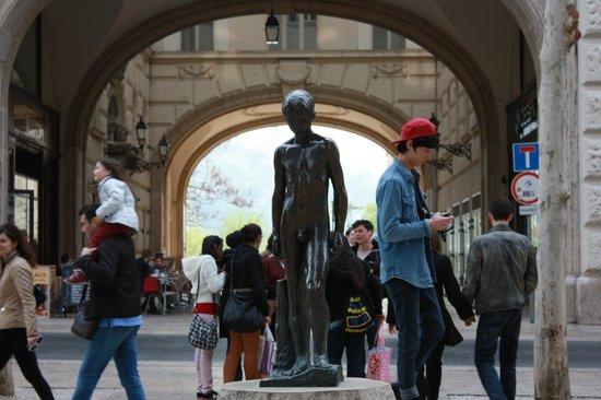 Giraffe Hop On Hop Off City Tour : Улицы Будапешта