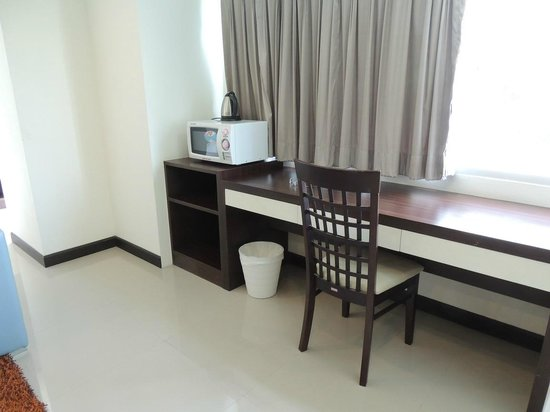 Phavina Serviced Residence: A working desk