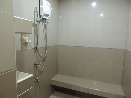 Phavina Serviced Residence: Shower with heater