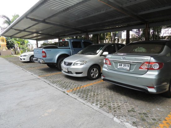 Phavina Serviced Residence: Lot of shaded parking spaces