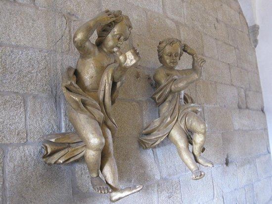 Porto Cathedral (Se Catedral): ANGELITOS EN LA ESCALERA DE SUBIDA A LA SACRISTIA.