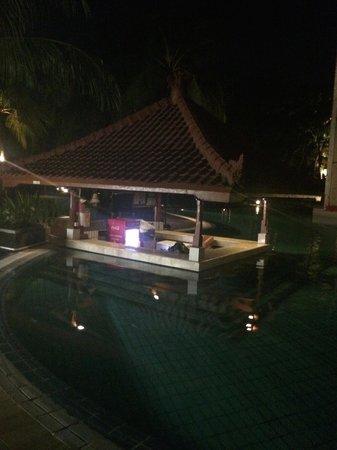 Ramada Bintang Bali Resort : Swim up pool at night