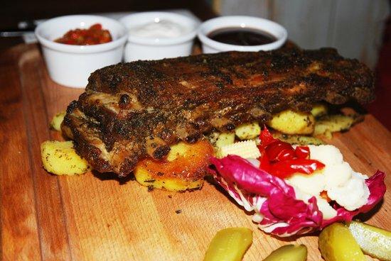 Czerwony Wieprz: Свиные ребра с картофелем и маринованными овощами
