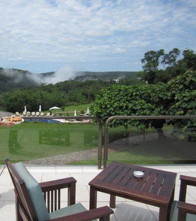 Sheraton Iguazu Resort & Spa : ホテルのテラス。綺麗な椅子が置いてあり、ハンバーガなどを注文することができる。奥に見えるのはイグアスの滝
