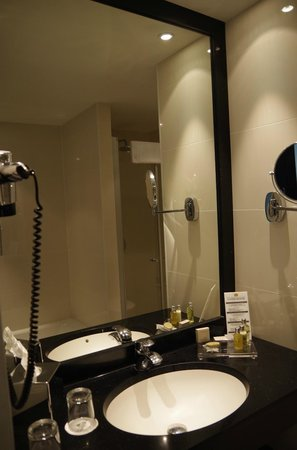 Grand Hotel Casselbergh Bruges: Bathroom in modern extension