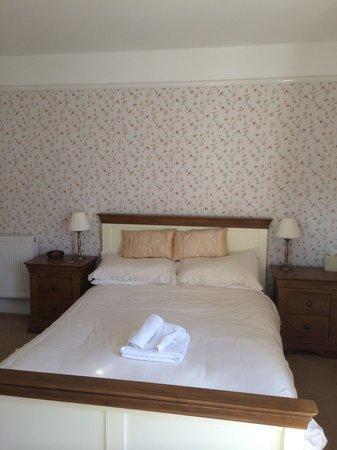 Lee House: A lovely large bright double room at the front of the guest house