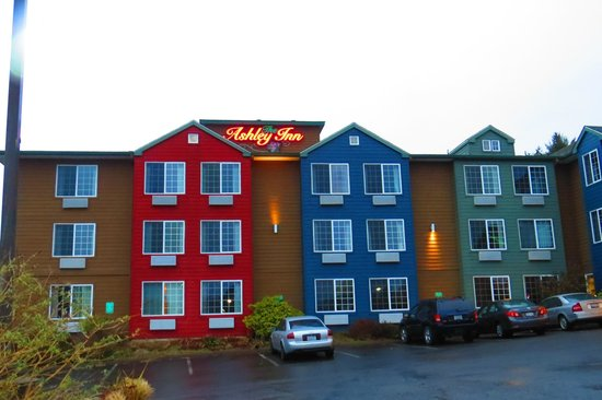 Ashley Inn and Suites: Bright !!!