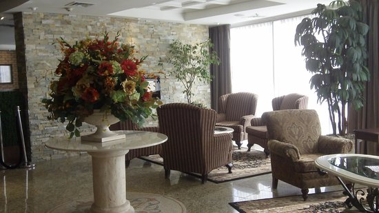 Monte Carlo Inn Airport Suites: Lobby area - comfortable seating
