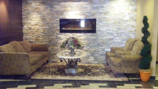 Monte Carlo Inn Airport Suites: Lobby area  - another comfortable, quiet sitting area