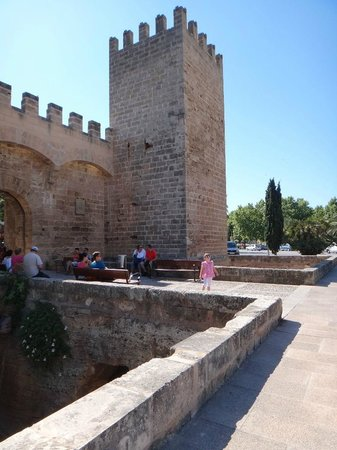 Alcudia Old Town : Стены крепости