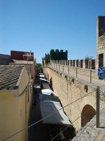 Alcudia Old Town : Пешеходная дорожка на стене