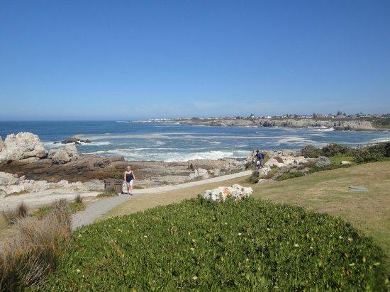 Hermanus Beach Villa: Klippenpfad zum Ort