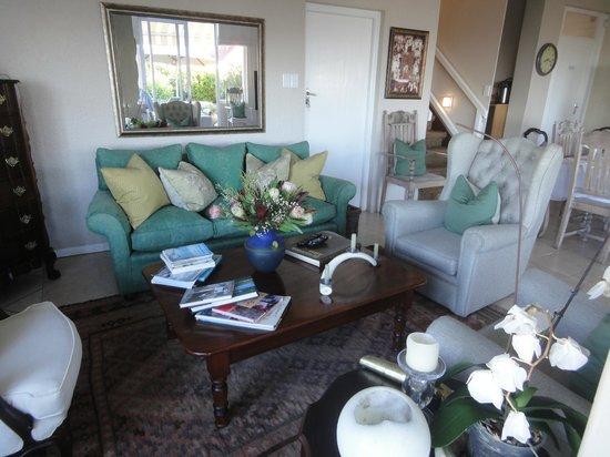 Hermanus Beach Villa: Lounge im Frühstücksraum