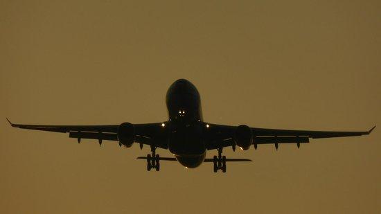 Hilton London Heathrow Airport Terminal 5: wow, that's close, but no noise!
