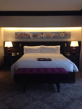 Fairmont Singapore : Room 1217, king bed.