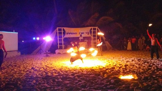 Dreams Palm Beach Punta Cana : Fire juggling at the beach party