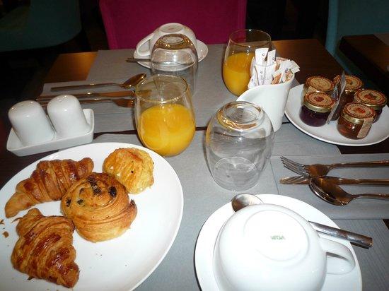 Lyric Hotel Paris : mesa del desayuno