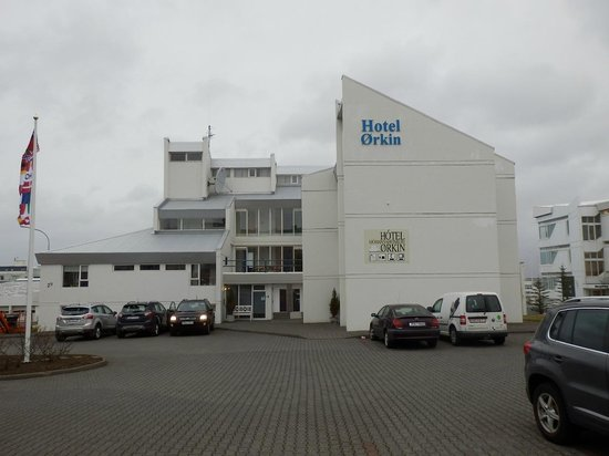 Hotel Orkin: Hotel exterior - plenty of parking.