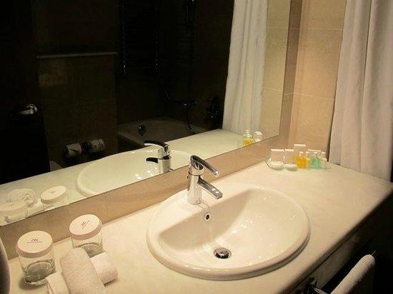 Amalia Hotel: nice new bathroom