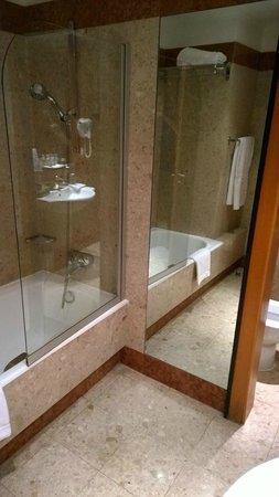 Grand Hyatt Cannes Hôtel Martinez : Nice bathroom, drains all plugged up
