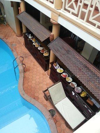 Thanh Van Hotel: vue du buffet du petit-déjeuner, avec vue de la piscine