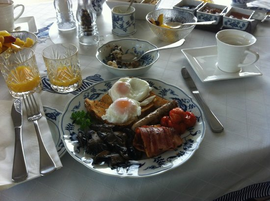 Pacific View B&B: Amazing breakfast! Mine was a vegetarian version (not pictured)