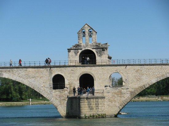 Pont Saint-Bénézet (Pont d'Avignon) : The central part of the Bridge from the Towpath
