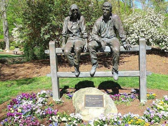 Wonderful Tanger Family Bicentennial Garden: Statue