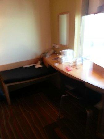 Ibis Al Rigga: small office desk