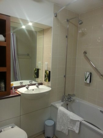 Premier Inn Sheffield City Centre (Angel Street) Hotel: enough space for your toiletries