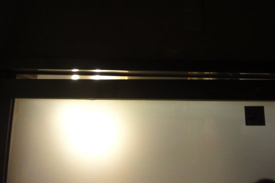 Li Jing Hotel: See the gaps between the toilet door