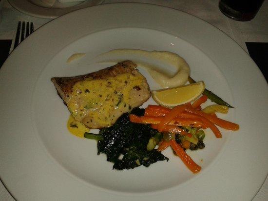 JA Ocean View Hotel: основное блюдо, рыба (обед)