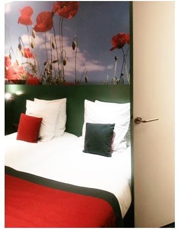 Hotel Les Jardins de Montmartre: Porte de la salle de bains qui cogne dans le lit et ne s'ouvre pas entièrement