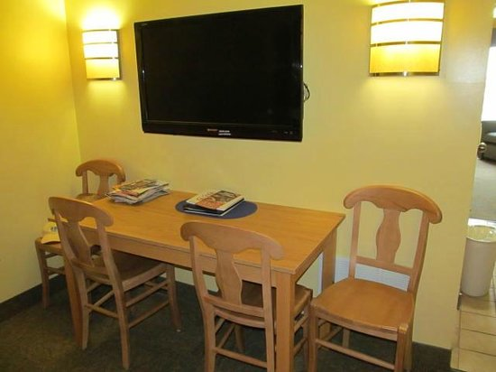 Ocean Key Resort: Table and TV