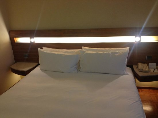 L'hotel Causeway Bay Harbour View : Nice bedside lights
