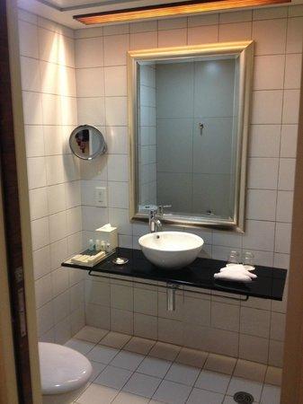 L'hotel Causeway Bay Harbour View : Bathroom decor