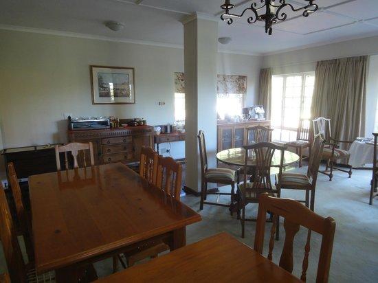 Cedar Garden Bed & Breakfast: Dining room