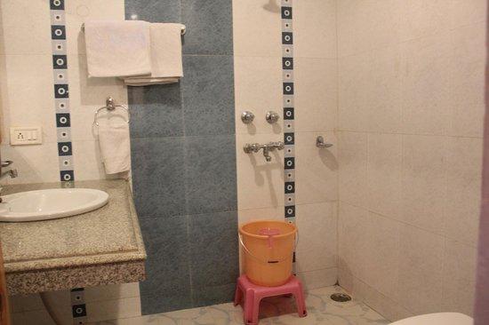 8 Auspicious Him View Hotel: Bathroom: Golden Wheel Room