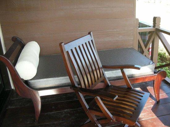 Nirwana Gardens Mayang Sari Beach Resort : ベランダにある椅子とリクライニングベッド