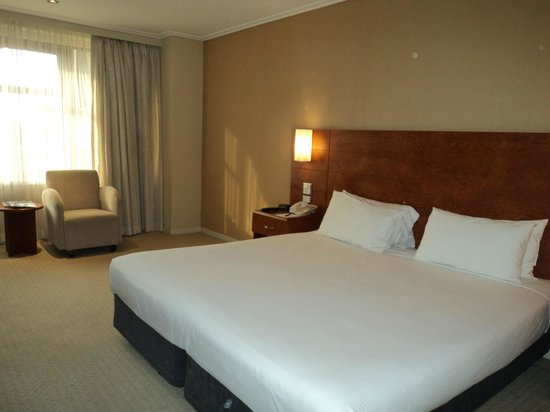 The Sydney Boulevard Hotel: Comfortable but boring bed!