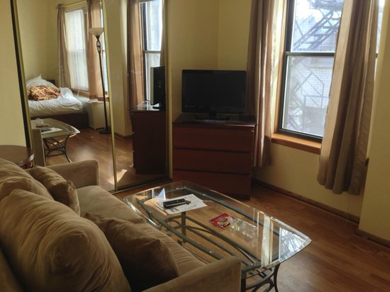 Dewitt Hotel & Suites : Seating area and TV